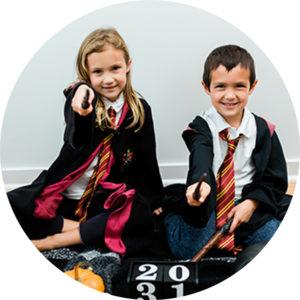 Enfants assis portant des déguisements Harry Potter